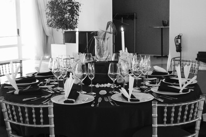 Decorated table, linen and glasses